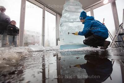 IJssculpturen maken rond het Kurhaus, ondanks warme weer - Sander Hurkens uit Maastricht (Iscecurving.nl) - DEN HAAG 19 DECEMBER 2015 - FOTO NICO SCHOUTEN