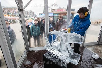 IJssculpturen maken rond het Kurhaus, ondanks warme weer - Roger Geraedts uit Maastricht (Iscecurving.nl) - DEN HAAG 19 DECEMBER 2015 - FOTO NICO SCHOUTEN