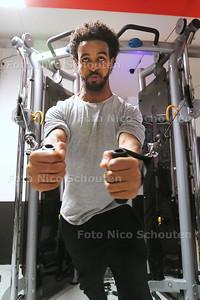 sportende mensen bij fitnesscentrum Fithealth in Palenstein - ZOETERMEER 10 DECEMBER 2015 - FOTO NICO SCHOUTEN