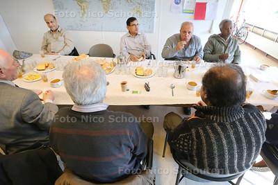 In het Vadercentrum wordt een 'theemiddag' gehouden. Dat is voor mannen (vaak uit het buitenland) om elkaar te ontmoeten en mensen te leren kennen. Vanmiddag wordt er speciale marokaanse soep gegeten - LEIDSCHENDAM 19 FEBRUARI 2015 - FOTO NICO SCHOUTEN
