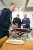 schaatsen slijpen in het Schaatsmuseum - Vrijwilliger Theo ten Have uit Honselersdijk aan het slijpen - WATERINGEN 10 JANUARI 2015 - FOTO NICO SCHOUTEN