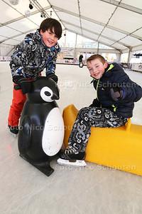 Laatse dag van KURHAUSPLEIN ON ICE - Vrienden Lau (9) en thomas (8) uit Scheveningen - DEN HAAG 24 JANUARI 2015 - FOTO NICO SCHOUTEN