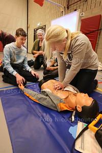 Inge Buitendam - Thörig (midden) geeft reanimatieles aan leerlingen van het Picasso Lyceum - ZOETERMEER 26 JANUARI 2015 - FOTO NICO SCHOUTEN