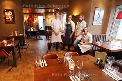 Restaurant Proeflokaal Bregje - vlnr koks Roelant Zwaanswijt en Julian Oude Maatman, Doris van Eijk (bediening) en Daphne Vesseur (coördinator) - DEN HAAG 23 JANUARI 2015 - FOTO NICO SCHOUTEN