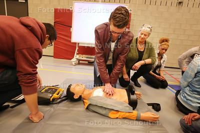 Inge Buitendam - Thörig geeft reanimatieles aan leerlingen van het Picasso Lyceum - ZOETERMEER 26 JANUARI 2015 - FOTO NICO SCHOUTEN