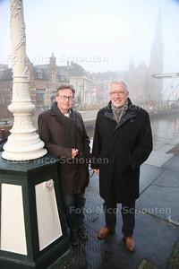 Wim Schoevers (l) en Teun Glasbergen hebben plan om de historische gevels ronde sluis te verlichten en lichtspel - LEISCHENDAM 19 JANUARI 2015 - FOTO NICO SCHOUTEN