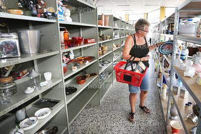 Nieuwe kringloopwinkel aan de Europaweg 5 - Vrijwilligster Cora van Dijk-van Zwet zet de puntjes op de i - ZOETERMEER 23 JULI 2015 - FOTO NICO SCHOUTEN