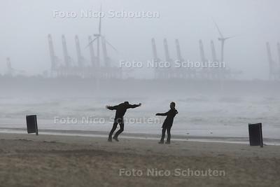 Storm - Strand van Hoek van Holland - HOEK VAN HOLLAND 25 JULI 2015 - FOTO NICO SCHOUTEN