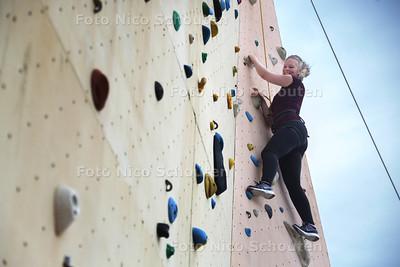 Zomerrubriek: klimmen op de buitenklimmuur van de Uithof - DEN HAAG 27 JULI 2015 - FOTO NICO SCHOUTEN