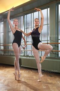 ballerina's in spe Angelina Onink (l) en Ebba de Regt, die hard trainen in de Summerschool The Hague, de een zit al op het Koninklijk Conservatorium - DEN HAAG 28 JULI 2015 - FOTO NICO SCHOUTEN
