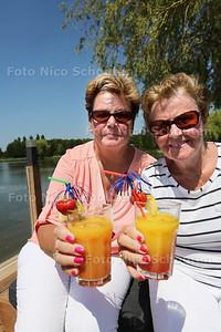 De Zoetermeerse vriendinnen Janny Korfmaker (l) en Janny Korfmaker genieten van de zon het water en een lekkere cocktail op het strandje van Dekker - ZOETERMEER 30 JUNI 2015 - FOTO NICO SCHOUTEN