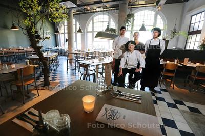 Restaurant De Pasta Kantine - Gouden Pollepel - Vlnr Samuel Mooijman (kok), Rico Zonneveld (kok), Vera van Heugten (gastvrouw) en Youri Janssen (kok) - DEN HAAG 30 JUNI 2015 - FOTO NICO SCHOUTEN