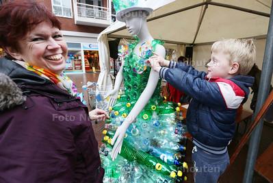 Kunstenares Ellen Vermeulen maakt jurken van zwerfafval. Milo (5) helpt mee met sieraden van afval - ZOETERMEER 28 MAART 2015 - FOTO NICO SCHOUTEN