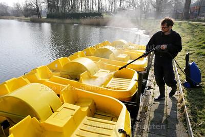 Rop Planken maakt de waterfietsen schoon bij Bowling Westerpark - ZOETERMEER 17 MAART 2015 - FOTO NICO SCHOUTEN