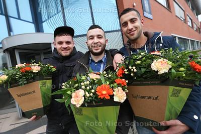 Jongens worden door de politie in de bloemetjes gezet omdat ze een man uit het water hebben gered - vlnr Serdar, Mohamed en Ali - DEN HAAG 24 MAART 2015 - FOTO NICO SCHOUTEN