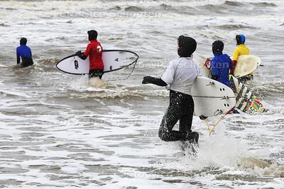 kids doen oefeningen op het strand om te leren surfen - DEN HAAG 25 MAART 2015 - FOTO NICO SCHOUTEN