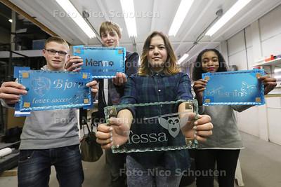 kinderen die in het kader van de Doe-dag van Zoetermeer on Stage een eigen glaswerk mogen ontwerpen. Zij doen dit bij Bosch Glaskunst. vlnr Bjorn, Menno, Tessa en Jasmine. Het ontwerp wordt met de computer gemaakt en geprint op een blauw folie dat op de galsplaat geplakt wordt. Daarna wordt de plaat gezandstraalt en het folie verwijderd - ZOETERMEER 26 MAART 2015 - FOTO NICO SCHOUTEN