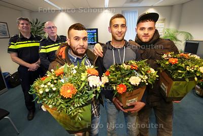 Jongens worden door de politie in de bloemetjes gezet omdat ze een man uit het water hebben gered - vlnr Mohamed, Ali en Serdar - DEN HAAG 24 MAART 2015 - FOTO NICO SCHOUTEN