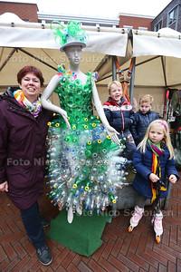Kunstenares Ellen Vermeulen maakt jurken van zwerfafval - ZOETERMEER 28 MAART 2015 - FOTO NICO SCHOUTEN