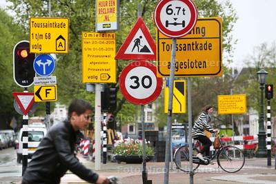 merkwaardige verzameling verkeersborden tegen op de hoek van het Piet Heinplein/Kortenaerkade - DEN HAAG 5 MEI 2015 - FOTO NICO SCHOUTEN