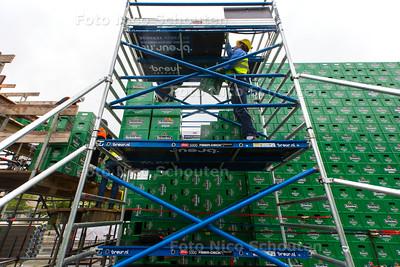Studenten bouwen krattenbrug - DELFT 31 MEI 2015 - FOTO NICO SCHOUTEN
