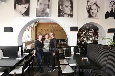 Restaurant Knosos - Gouden pollepel - vlnr Roosmarie (bediening), Zoi Topaludis (eigenaresse) en dochter Maria Topaloudis (gastvrouw) - DEN HAAG 9 MEI 2015 - FOTO NICO SCHOUTEN