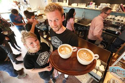 workshop Latte Art maken bij koffiezaak Coffee Works. Twee barista's leren mensen hoe ze een zo'n mooi mogelijke cappuccino kunnen maken. Daphne Endlich en Vincent Zwaan - VOORBURG 28 MEI 2015 - FOTO NICO SCHOUTEN