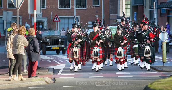 Bevrijdingsdag - optocht met muziekkorpsen, een massed pipe band (doedelzakken) en oude legervoertuigen - PIJNACKER 5 MEI 2015 - FOTO NICO SCHOUTEN