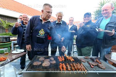 Veteranen aan de barbeque tijdens Veteranen Café bij Café de Viskeet - Michel van Zwet met schort - TERHEIJDE 212 MEI 2015 - FOTO NICO SCHOUTEN