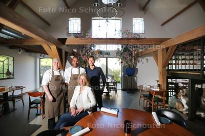 Restaurant Bavette, Gouden pollepel vlnr Diona Spekman (kok), Donald Samba (chef kok) Maaike Sonneveld (eigenaresse) en Michael Koekebakker (sommelier) - MAASLAND 26 MEI 2015 - FOTO NICO SCHOUTEN