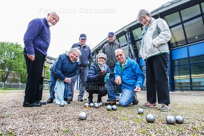 Voor de Lenteprijs: jeu de boulesvereniging B-3 Scheveningen speelt elke zaterdagochtend vanaf 10.00 uur jeu de boules op de buitenbanen bij sporthal De Blinkerd - vlnr Wim Mossel, Mery Pieck, Leo Oort, En Tomljenović - DEN HAAG 24 MEI 2015 - FOTO NICO SCHOUTEN