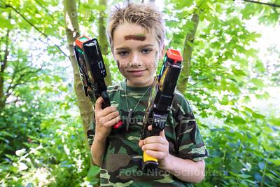 Rens Zuiderwijk is negen jaar en heeft zijn eigen lasergameverhuurbedrijfje - MONSTER 31 MEI 2015 - FOTO NICO SCHOUTEN