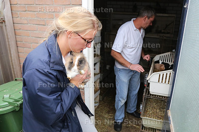 Dierenambulance haalt honderden dieren weg op Azurblauw. Cherinda Caspers en Chris Martens van de Dierenambulance bij de schuur waar tientallen konijnen, cavia's en duiven zaten - ZOETERMEER 19 NOVEMBER 2015 - FOTO NICO SCHOUTEN