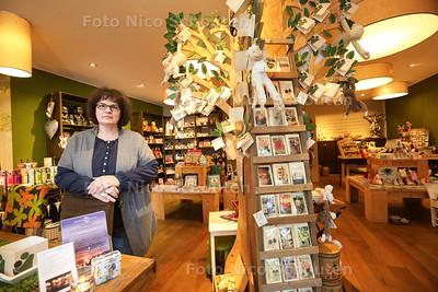 Anita de Roode in haar winkel 'De Troostkamer' - ZOETERMEER19 NOVEMBER 2015 - FOTO NICO SCHOUTEN
