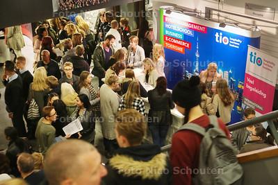 beroepenmarkt op het Picasso Lyceum - ZOETERMEER 12 NOVEMBER 2015 - FOTO NICO SCHOUTEN