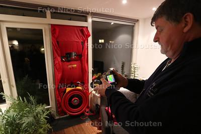 Energiesafari voor bewonerrs in delfgauw - met een grote ventilator wordt de woning vacuum gezogen. Een infroroodcamara laat zien waar de kou naar binnenkomt - DELFGAUW 24 NOVEMBER 2015 - FOTO NICO SCHOUTEN