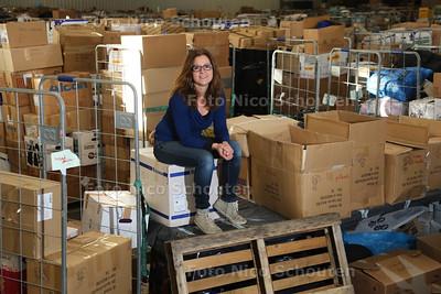 Marina Sneijders is al maanden ebzig met het inzamelen van goederen voor de vluchtelingen die aankomen in Griekenland. Dit gebeurt vanuit een enorme loods in Bleiswijk, waar alle goederen staan opgeslagen - BLEISWIJK 25 NOVEMBER 2015 - FOTO NICO SCHOUTEN