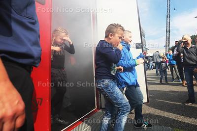 112 dag - Kinderen komen uit de rookkamer waar je kan ervaren hoe het is als er rook is - PIJNACKER 3 OKTOBER 2015 - FOTO NICO SCHOUTEN