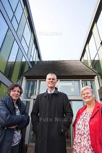 3 directeuren van basisscholen voor het gemeentehuis in Schipluiden - vlnr Marja Faber, Wim van Mourik en Sandra van het Galjoen - SCHIPLUIDEN 13 OKTOBER 2015 - FOTO NICO SCHOUTEN