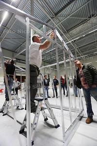 Deelnemers aan het WK Kasssiebouwen hebben vanavond een bijeenkomst met de jury - De jury laat zien hoe het moet. De deelnemers mogen alleen kijken - POELDIJK 8 OKTOBER 2015 - FOTO NICO SCHOUTEN