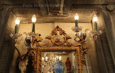 Woonwinkel Regina Decoratie - Wim Vieselman restaureert kroonluchters - DEN HAAG 7 OKTOBER 2015 - FOTO NICO SCHOUTEN