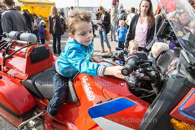112 dag - Jesse (5) op een brandweermotor - PIJNACKER 3 OKTOBER 2015 - FOTO NICO SCHOUTEN