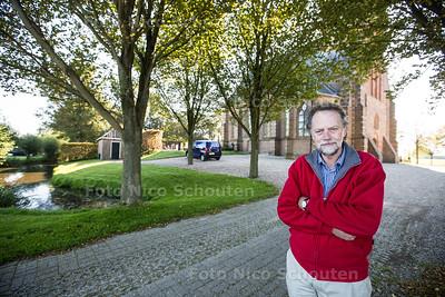 Cor Nonhof bij het kerkje op de terp - verhaal over de vergeten Watersnoodramp van 1134 - 'T WOUDT 2 OKTOBER 2015 - FOTO NICO SCHOUTEN