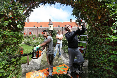 Rob Lutgert, leermeester groenvoorziening op SSVO De Einder. Stagiaires Shiran Moeharram (l) en Arek Zieba van afdeling groensnoeien de taxus baccata in het Hof van Wouw! Dit snoeisel word gebruikt om chemo kuren te maken - DEN HAAG 1 SEPTEMBER 2015 - FOTO NICO SCHOUTEN