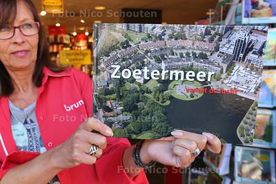 """Boek """"Zoetermeer vanuit de lucht"""" bij Bruna - ZOETERMEER 30 SEPTEMBER 2015 - FOTO NICO SCHOUTEN"""