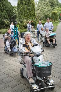 Rolstoeldriedaagse in Wassenaar: bewoners van twee SWZ-locaties gaan lopen naar Duinrell - WASSENAAR 3 SEPTEMBER 2015 - FOTO NICO SCHOUTEN