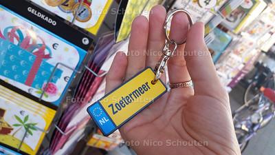 Zoetermeer sleutelhanger bij Bruna - ZOETERMEER 30 SEPTEMBER 2015 - FOTO NICO SCHOUTEN
