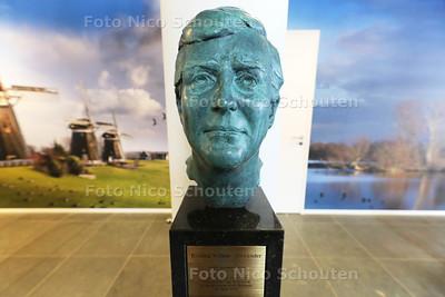 Borstbeeld Willem-Alexander onthuld in Stadsdeelkantoor Leidschendam - LEIDSCHENDAM 26 APRIL 2016 - FOTO NICO SCHOUTEN