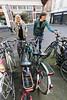 Els 't Hooft (r) en Marieke de Jong zijn binnenstadsbewoners en zij constateren dat fietsen jaren 'als wees' in fietsenrek staan - DEN HAAG 13 APRIL 2016 - FOTO NICO SCHOUTEN