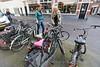 Els 't Hooft (l) en Marieke de Jong zijn binnenstadsbewoners en zij constateren dat fietsen jaren 'als wees' in fietsenrek staan - DEN HAAG 13 APRIL 2016 - FOTO NICO SCHOUTEN